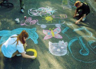 Kinder und Jugendliche setzten sich mittels Kreidemalerei mit ihrem Erleben der Corona-Pandemie auseinander. Foto: Im·Puls·Initiative