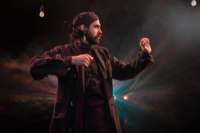 Misza Prakash in seinem Stück. Foto: Stephan Chamier