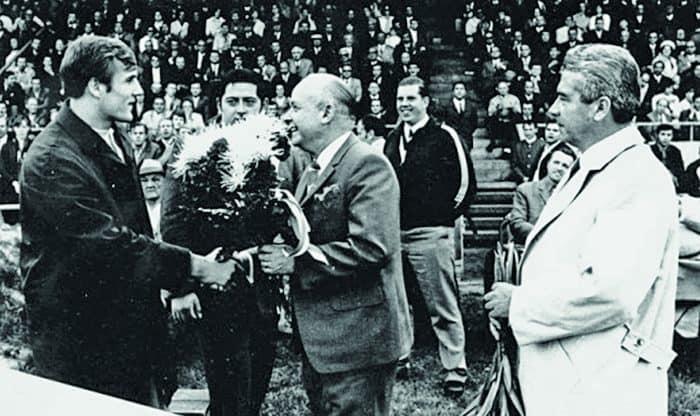 Klaus Glahn (links) wird vom damaligen Vorsitzenden des VfL Wolfsburg, Hans Pudenz geehrt. In der Bildmitte Gewichtheber Günther Wu. Foto: VfL Wolfsburg