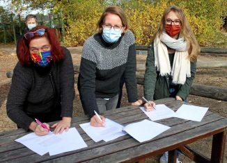 Unterschrieben gemeinsam den Kooperationsvertrag (von links): Andrea Fester, Fanja Kutolowski und Carolin Bodenburg (KJT). Foto: Udo Starke