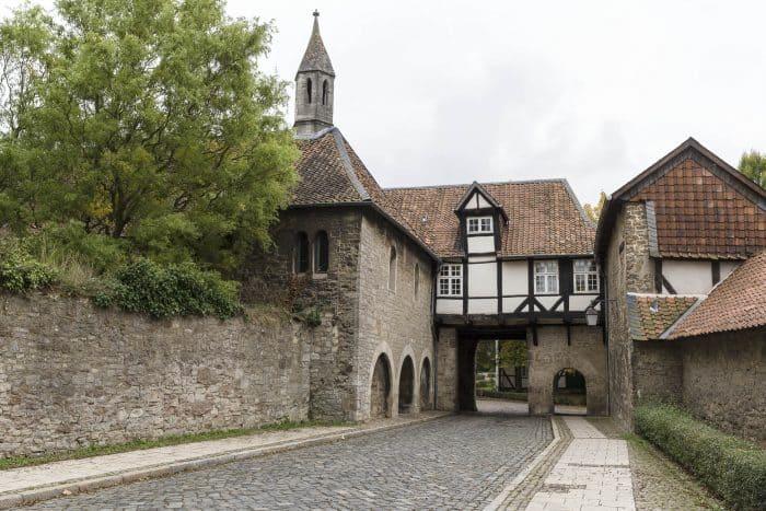 Pforte zur Frauenkapelle (links) mit Torhaus. Foto: Peter Sierigk