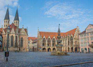 Der Altstadtmarkt mit Martinikirche, Altstadtrathaus, Stechinelli-Haus und Marienbrunnen sowie den beiden Haltestellen rechts, die einen Wetterschutz erhalten sollen. Foto: Vladan Rajkovic