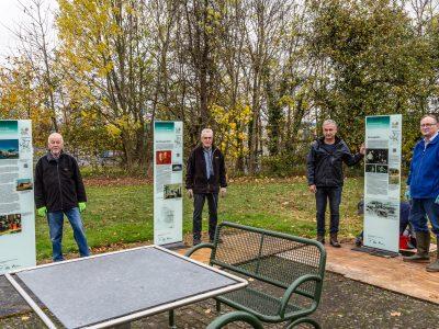 Karl-August Fricke, Hans-Hermann Henze, Manfred Bues und Walter Waske vor fertiggestellten Stelen. Foto: Freundeskreis Glas