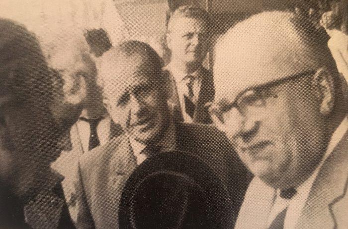 """Eintracht-Präsident Dr. Kurt Hopert (rechts) mit dem früheren Bundestrainer Sepp Herberger. Foto: aus """"Helmuth lass die Löwen raus"""""""