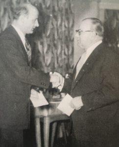"""Dr. Kurt Hopert mit dem Trainer der Saison 19552/53, Edmund Conen. Foto: aus """"Die Chronik. Eintracht Braunschweig"""""""