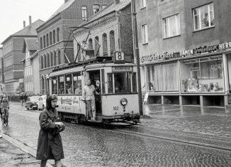 Die Straßenbahn 102, Baujahr 1929, auf ihrer Fahrt im Jahr 1963 über die Kastanienallee in Richtung Richmond. Foto: Stiftung Eisenbahnarchiv