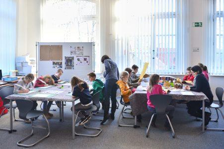 Blick in den Seminarraum während einer Veranstaltung des Außerschulischen Lernorts in der Zeit vor der Corona-Pandemie. Foto: SBK/Andreas Greiner Napp