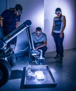 Der Moonrise-Laser integriert am Robotorarm des Mondrover MIRA3D des IRAS: Der Laser schmilzt erfolgreich ganze Bahnen aus Regolith auf. Foto: LZH