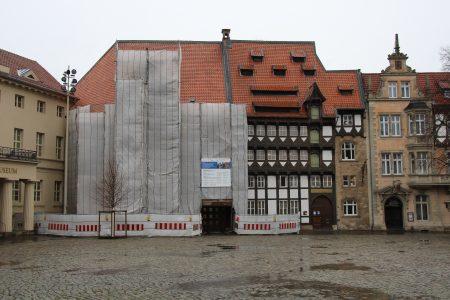 Hinter Planen versteckt: Das von Veltheimische Haus ist während der Sanierung abgehängt. Foto: Schmitz/Handwerkskammer