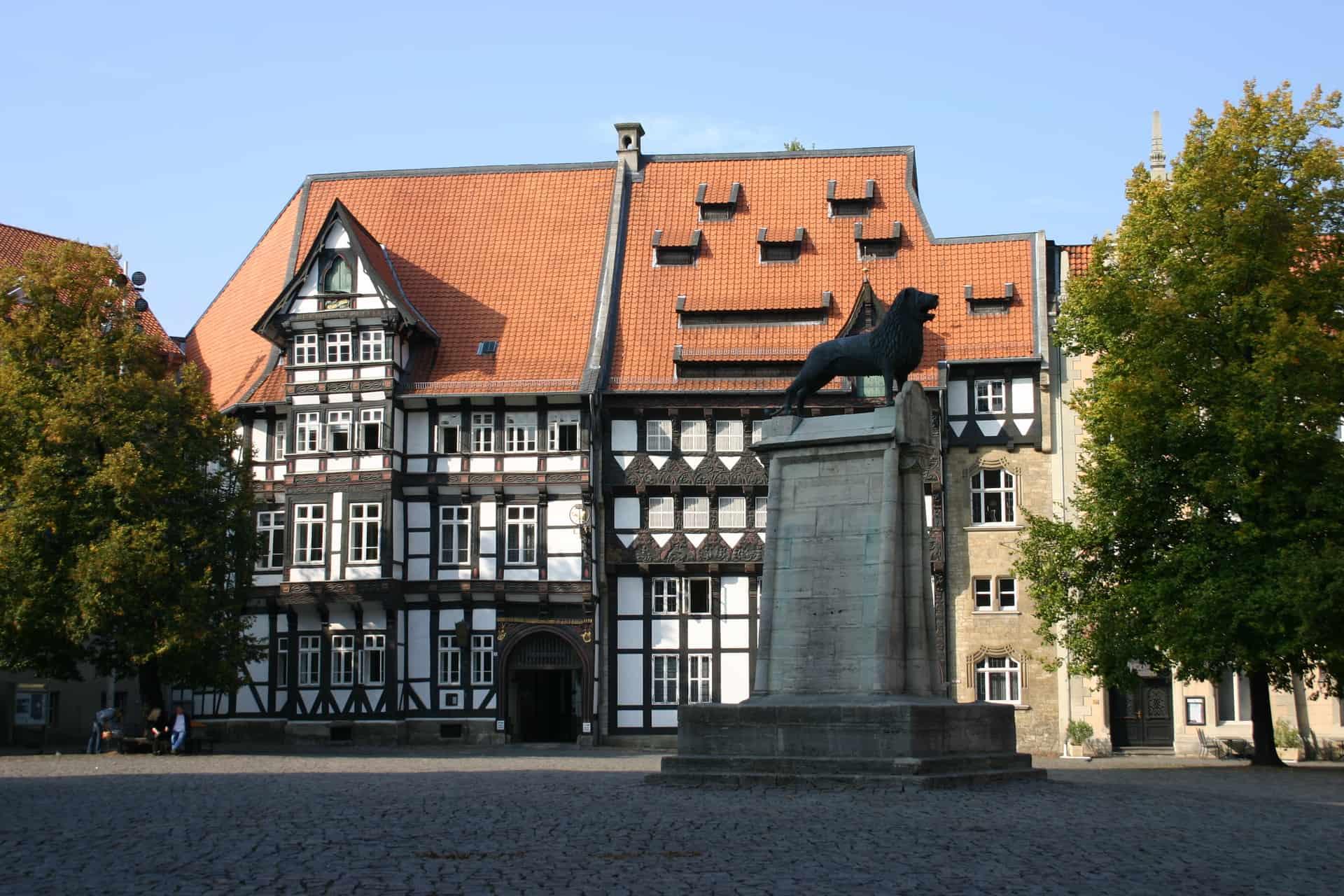 In voller Pracht: das Ensemble mit dem von Veltheimischen Haus und dem Huneborstelschen Haus im Jahr 2006. Foto: Handwerkskammer