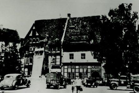 Historisches Zeugnis: Militärfahrzeuge der US-Armee vor dem von Veltheimischen Haus (links) und dem Huneborstelschen Haus (noch ohne die ausgelagerte Fassade). Am von Veltheimschen Haus hängt die britische Flagge. Die Aufnahme stammt vom 12. Juni 1945. Foto: Stadtarchiv Braunschweig, H XVI H I (1945)