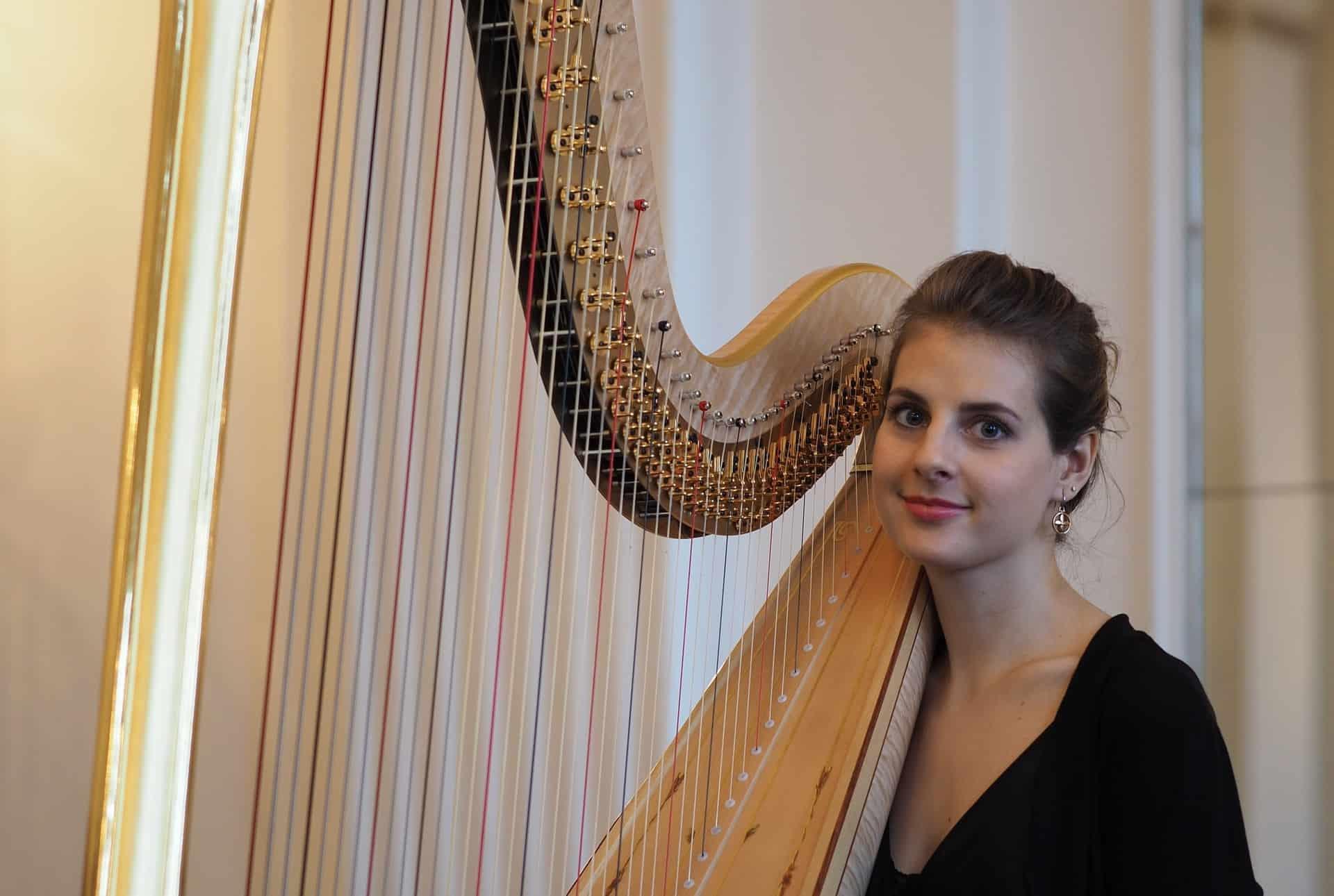 Joanna Liberadzka mit der neuen Harfe des Staatsorchesters Braunschweig. Foto: Staatstheater Braunschweig
