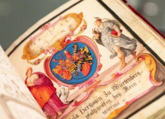 """Das """"Große Freundschaftsbuch"""" des Augsburger Kaufmanns Philipp Hainhofer (1578-1647) ist mit 2,8 Millionen Euro der spektakulärste Ankauf der Herzog-August-Bibliothek Wolfenbüttel seit Jahrzehnten. Foto: Peter Steffen / picture alliance/dpa"""