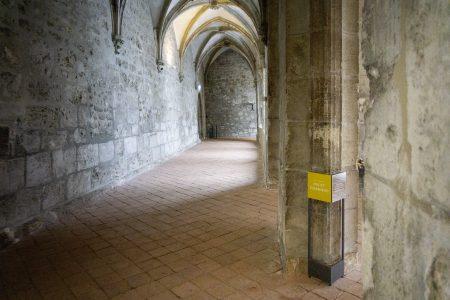 Auf dem Weg zum Brunnenhaus (Station 6) durch den südlichen Kreuzgang. Foto: komplementaer