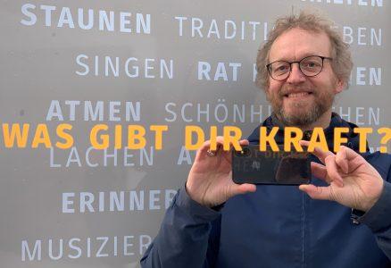 Pfarrer Heiner Reinhard in der Spiegel-Installation. Foto: Kirchengemeinde Walkenried