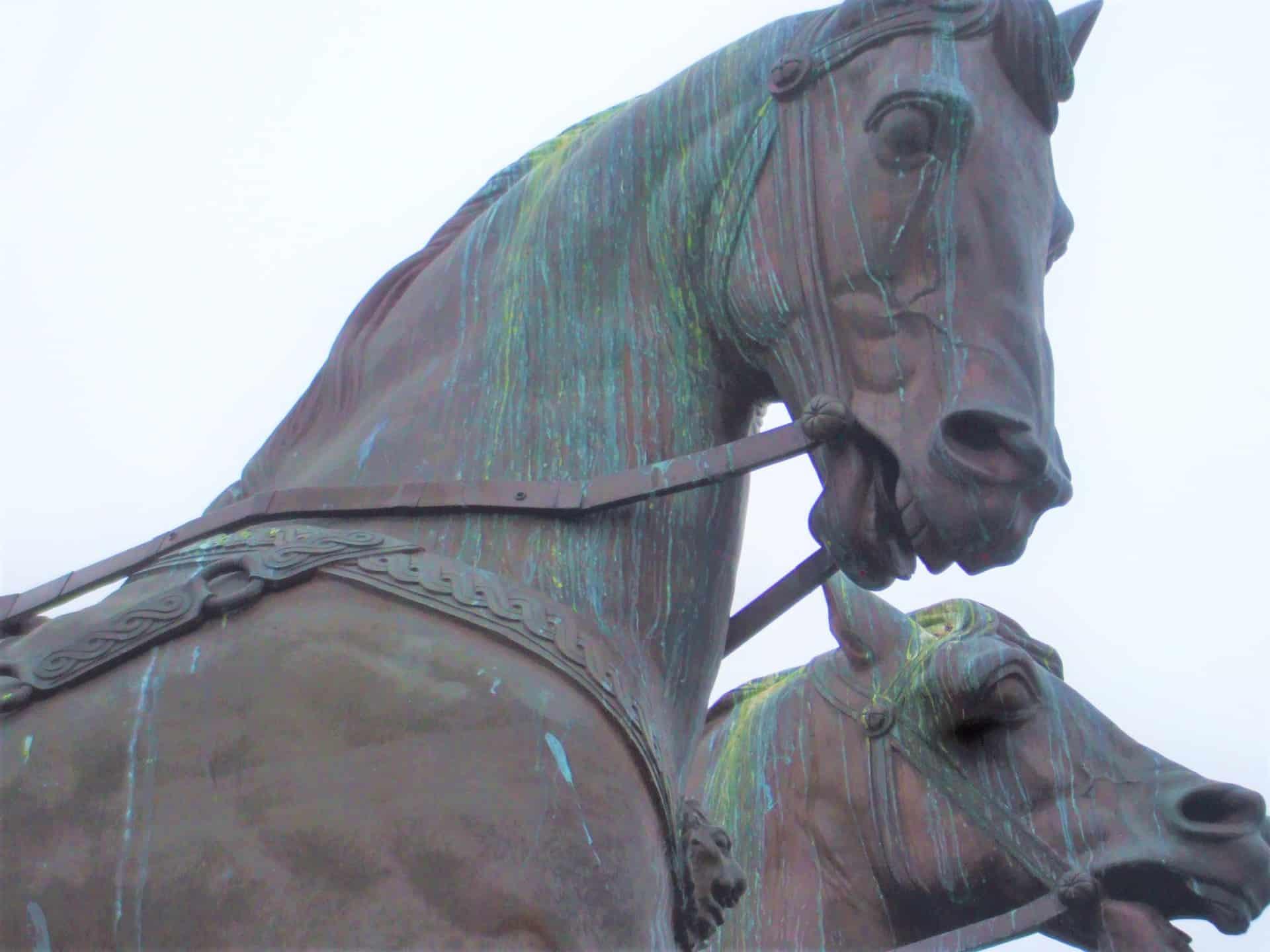 Die Spuren der Verunreinigung sind an den Pferdeköpfen der Quadriga deutlich zu erkennen. Foto: Wedemeyer