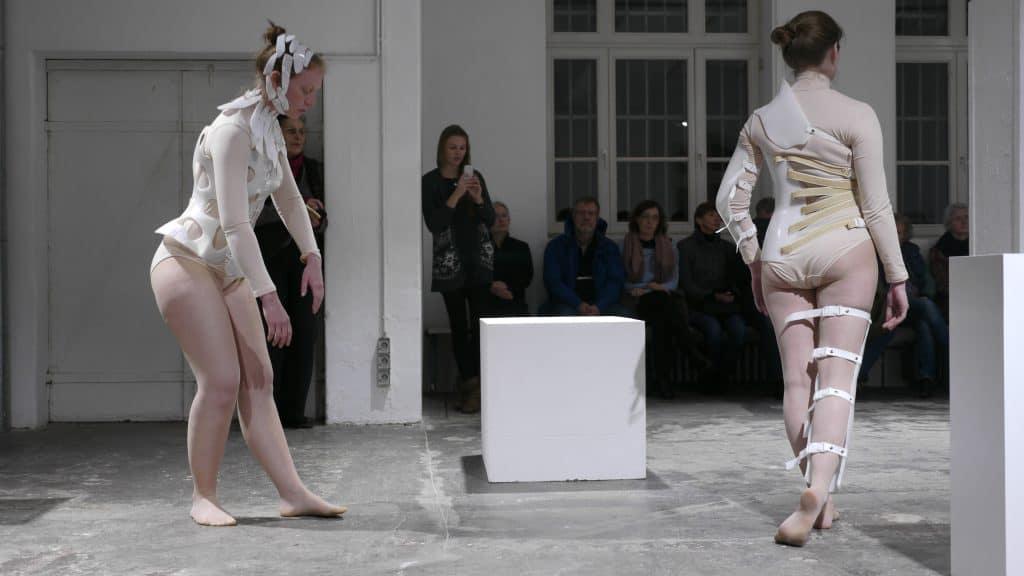 Performance zum Kunstgespräch mit Lea Hageroth, 2017. Foto: Allgemeiner Konsumverein/Thomas Bartels