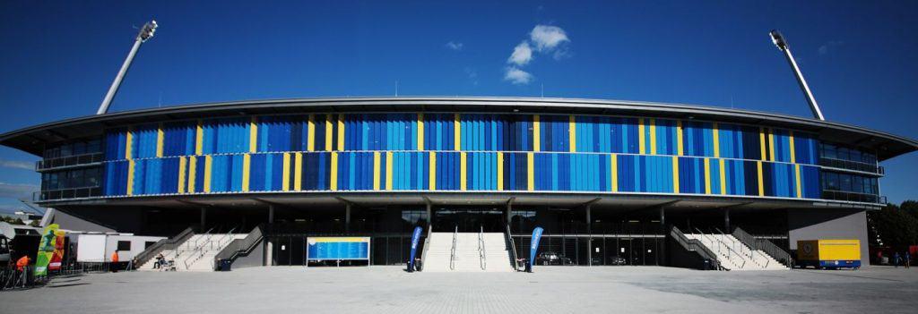 Außenansicht mit den blau-gelben Lamellen als Blickfang. Foto: Stadthallen GmbH