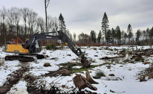Bagger heben im SBK-Stiftungswald kleine Tümpel aus. Foto: NABU