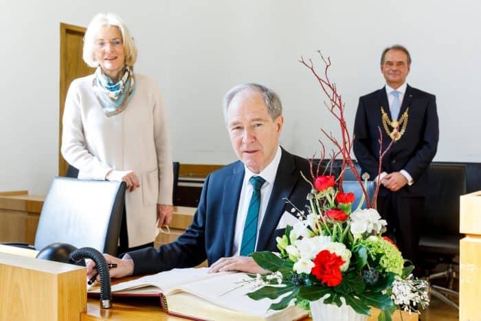 Dr. Gert Hoffmann mit Ehefrau Doris und Nachfolger Ulrich Markurth im Großen Sitzungssaal der Stadt. Foto: Stadt Braunschweig/Daniela Nielsen