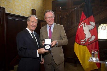 Oberbürgermeister Dr. Gert Hoffmann (links) erhielt 2014 die Landesmedaille aus den Händen von Niedersachsens Ministerpräsident Stephan Weil. Foto: Archiv/Nigel Treblin