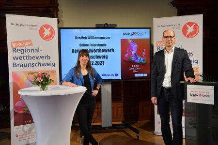 Moderatorin Jennifer Haacke und Vorstand Friedemann Schnur bei der Online-Feierstunde. Foto: Die Braunschweigische Stiftung/Andreas Greiner-Napp