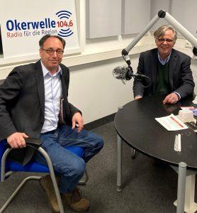 Tobias Henkel (links) mit Wolfram Bäse-Jöbges im Studio. Foto: Radio Okerwelle