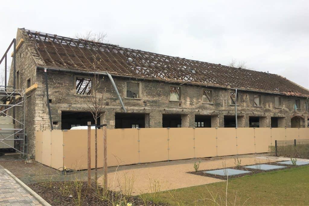Um die Scheunen steht seit Sanierungsbeginn ein Bauzaun. Foto: Der Löwe