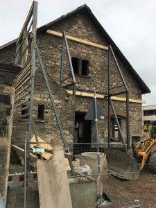 Die Gebäude werden mit Gerüsten stabilisiert. Foto: Der Löwe