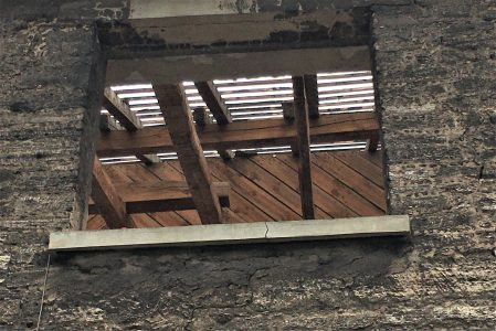 Die Dachziegel sind bereits entfernt. Foto: Der Löwe