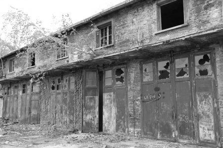 Detailansicht von Innen auf die Tore der Scheunen. Foto: Borek Immobilien
