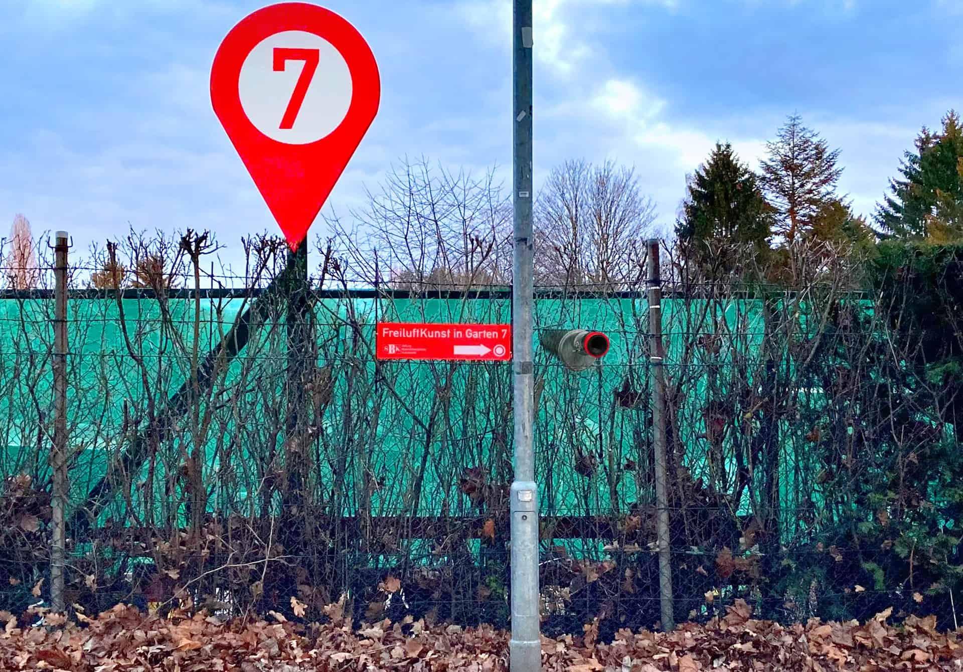 Das Guckrohr ist dank des neonroten Hinweisschildes nicht zu übersehen. Foto: Binkmann/Kessler