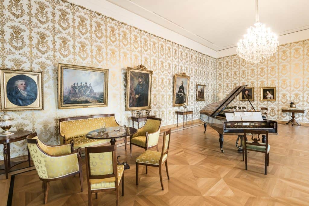 Das Spiel- und Musikzimmer wird dominiert vom Hammerflügel (Leihgabe des Städtischen Museums), dem einzig erhaltenen Musikinstrument des alten Residenzschlosses. Foto: Schlossmuseum/Marek Kruszewski
