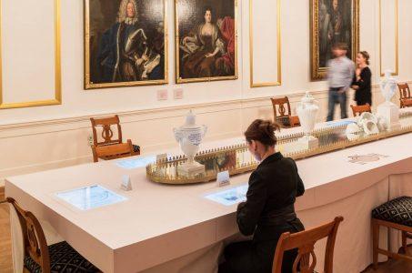 """Im Weißer Saal ist das multimediale """"historische Menü"""" im Stil einer festlichen Tafel hergerichtet. Foto: Schlossmuseum/Marek Kruszewski"""