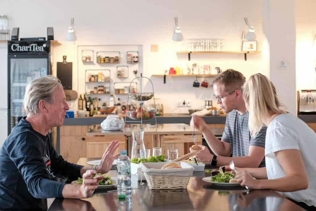 Die Küche lässt auch Platz zur Entspannung. Foto: DenkRaum