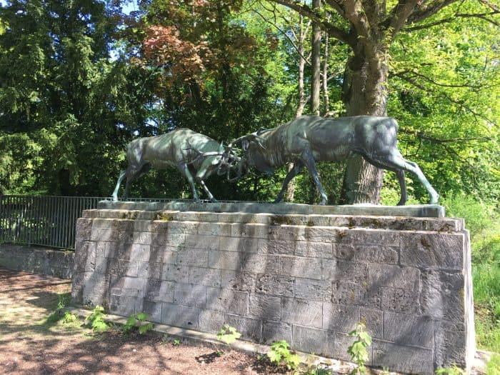 """Die """"Kämpfenden Hirsche"""" am Eingang des Arboretums. Foto: Der Löwe"""