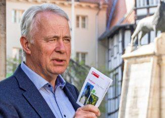 Walter Dröge, Leiter Ortskuratorium Denkmalschutz, auf einer Braunschweiger Traditionsinsel – dem Burgplatz. Foto: Ortskuratorium Braunschweig