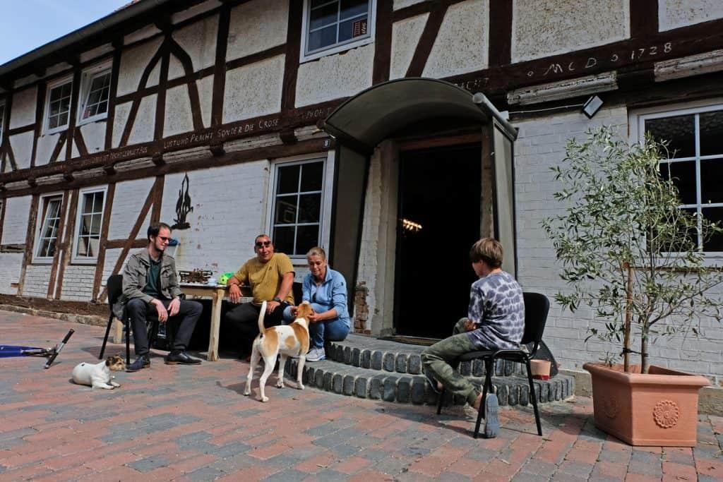 Treffpunkt in der der Sonne (von links): Karsten Schubert von PPTZ, Martin Schwartmann, Maren Hillegeist und Jonas. Foto: Rosemarie Garbe