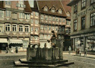 Der Bäckerklint mit Eulenspiegelbrunnen auf einer kolorierten Postkarte, um 1941. Foto: Stadtarchiv
