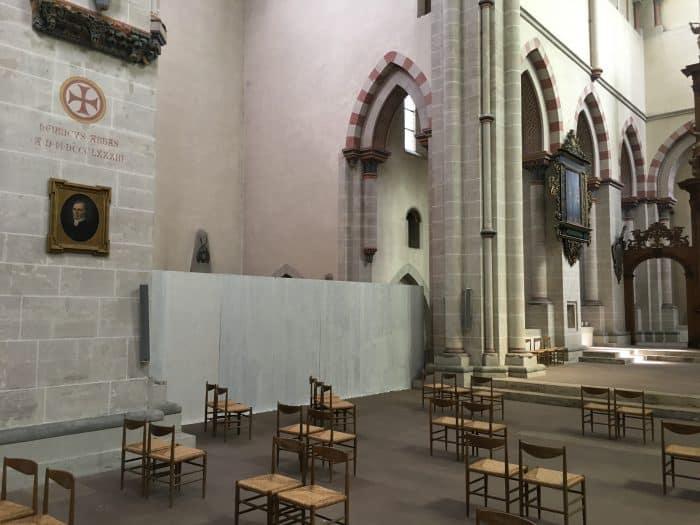 Der Bereich der alten Heizungsanlage in der Klosterkirche ist mit einem Bauzaun gesichert. Foto: Der Löwe
