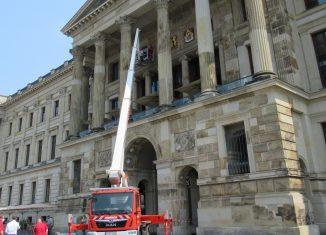 Mit einem Kranwagen wurde das Braunschweigische Staatswappen abmontiert. Foto: Bernd Wedemeyer