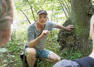 Pflanzenwanderung mit Burkhard Bohne. Der Botaniker erklärt rund um das Kloster Riddagshausen, was wir von der Natur lernen können. Foto: Peter Sierigk