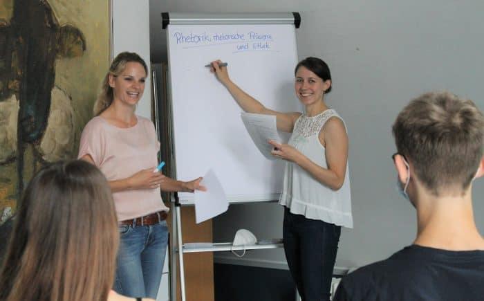 Sarah Mager-Mundstock (links) und Laura Zietlow begrüßten die Schülerinnen und Schüler im Theologischen Zentrum. Foto: Der Löwe