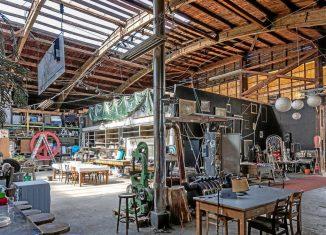 Eine frühere Holzlagerhalle hinter dem Hauptbahnhof soll zum Ausstellungs- und Veranstaltungsgebäude umgebaut werden. Die benachbarte Freifläche ist schon Festival-tauglich. Foto: Marek Kruszewski