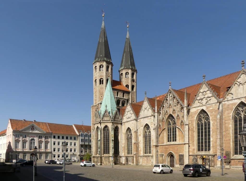 St. Martini und westliche Platzfront mit dem ehemaligen Kammergebäude. Foto: Elmar Arnhold