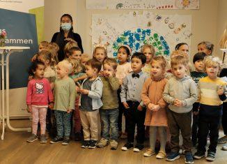 Die Kinder der internationalen Kita begrüßen die Besucher mit einem Lied. Foto: Meike Buck