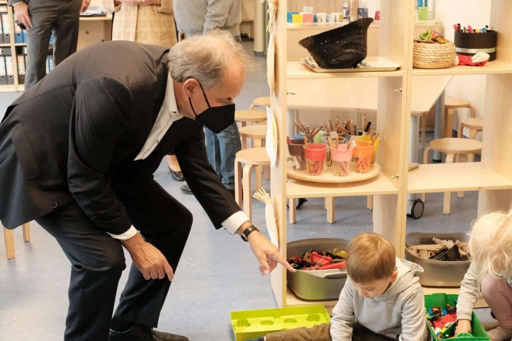 Oberbürgermeister Ulrich Markurth unterhält sich mit den kleinen Baumeistern über die Pläne für das Lego-Haus. Foto: Meike Buck