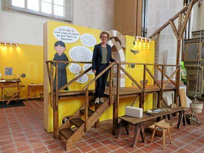 Landesmuseumsdirektorin Heike Pöppelmann guckt den Dom-Baumeistern über die Schulter. Foto: Andreas Berger