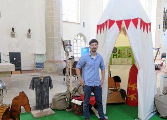 Museumspädagoge Torsten Poschmann zeigt ein Ritterzelt, in dem die Kinder sich als Ritter verkleiden und danach ein Holzpferd ausprobieren können. Foto: Andreas Berger