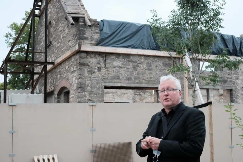 Martin von Hoyningen Huene informiert über die Pläne für das LOT/TPZ, das in die alten Pferdeställe einziehen wird. Foto: Meike Buck